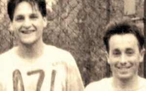 """Alături de Costi Mocanu, acum 20 de ani, pe când jucau împreună în echipa de fotbal a ziarului """"Azi"""" Foto: Arhiva personală"""
