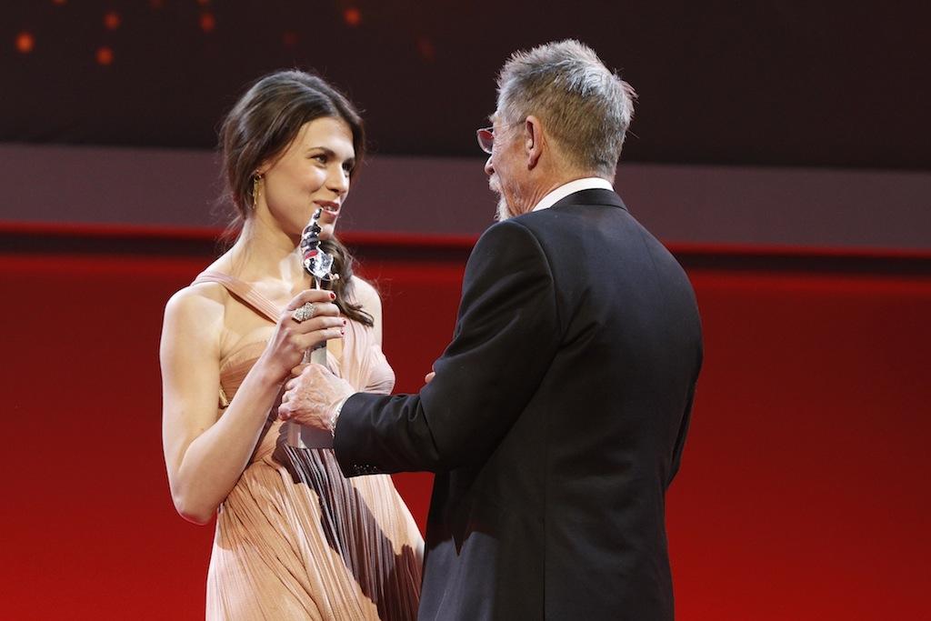 Ana Ularu primeste de la John Hurt trofeul Shooting Stars la Berlinale 2012 ©Berlinale